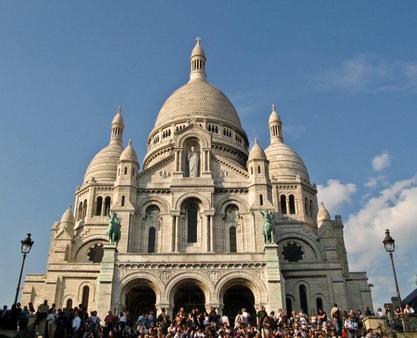 Tourist crowds in front of the Basilique Sacre du Coeur