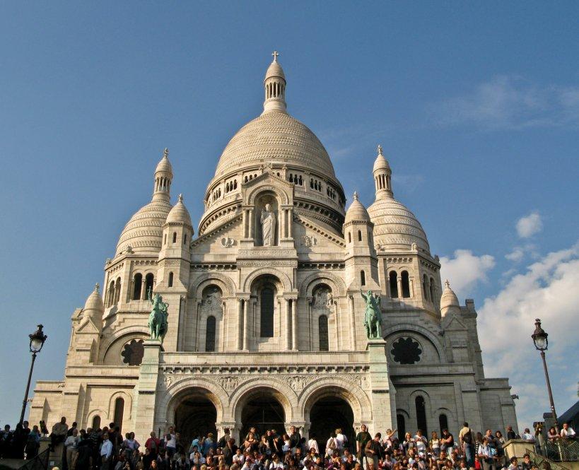 Tourist crowds in front of the Basilique Sacre du Coeur