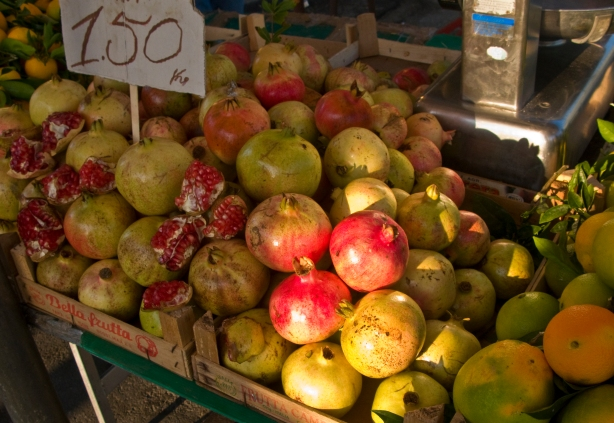 Pomegranites in the Ortygia open air market