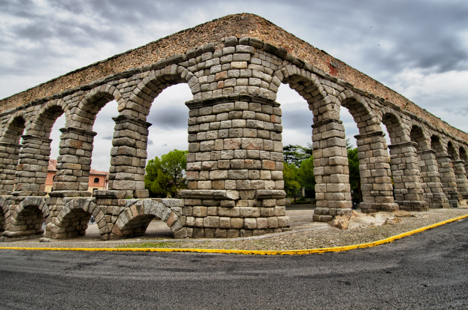 The aqueduct makes a turn on the way to the Alcázar