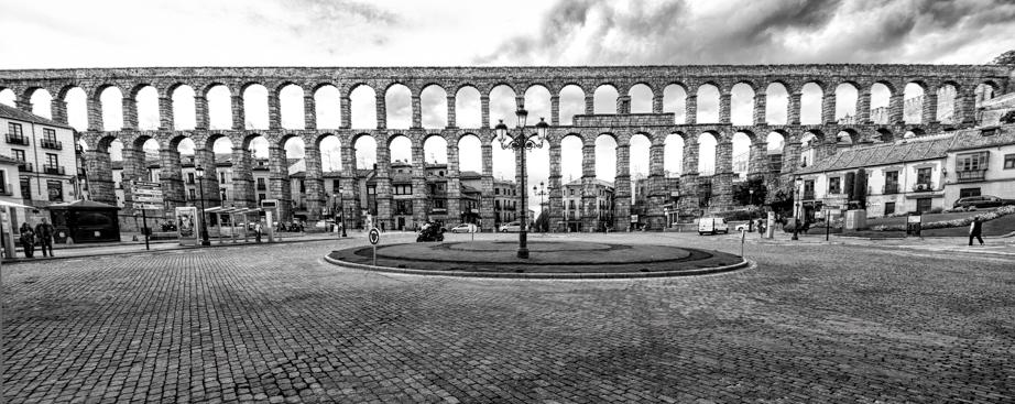 Segovia's aqueduct crosses crosses Plaza del Azoguejo