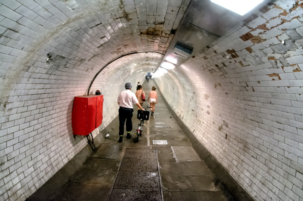 Inside the tunnel:  The tube slopes in from both sides.