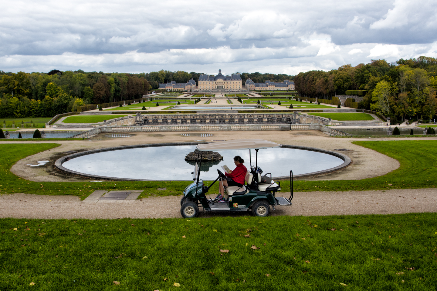 Hiring a golf cart makes it easy to get to get around the large gardens.