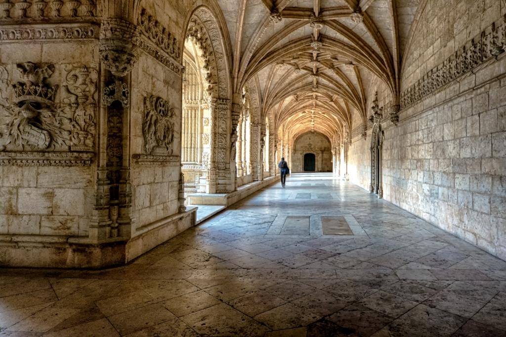 Inside the cloister of Jerónimos Monastery