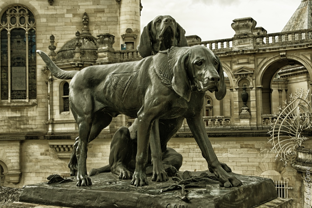 A statue of hounds at the entrance